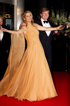 Queen Maxima is always eye catching, she looks amazing Queen Of Netherlands, Princesa Carolina, Estilo Real, Queen Dress, Estilo Fashion, Queen Maxima, Nassau, Groom Dress, Royal Fashion