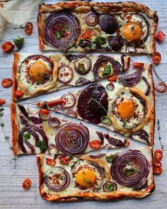 Turkish Flatbread Pizza topped w/ Eggs, Onion, Pepper & thyme by @homemade.is.happiness!  👉Get the…
