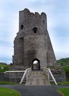 So you think you know Welsh castles? Try our Welsh castles photo identification quiz. No need for login. Castle Ruins, Castle House, Medieval Castle, Welsh Castles, Cathedral Architecture, Aberystwyth, Beautiful Buildings, Great Britain, Places To See