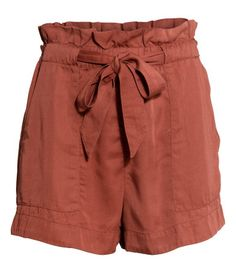 Shorts in woven fabric with a high elasticated waist, tie belt, side pockets and one welt pocket at the back.