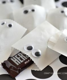 Craft-O-Maniac: Paper Ghost Favor Bags -- So cute and doable for school give-away at Halloween.  You could even put non-candy treats inside!