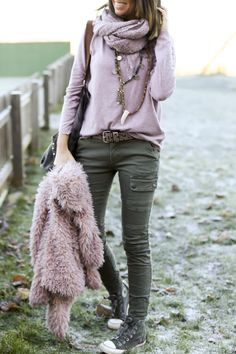 Stylish Summer Outfits That Always Looks Fantastic summer outfits Pink Knit + Khaki Skinny Pants Stylish Summer Outfits, Fall Winter Outfits, Autumn Winter Fashion, Casual Outfits, Casual Mode, Casual Chic, Casual Style Women, Mode Outfits, Fashion Outfits