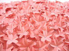 ============================= * valor referente ao pacote com 50 unidades. =============================  Olá, seja bem vinda!  Flores de Sakura feitas de papel! Esse modelo possui um detalhe especial: um pequeno strass no miolo da flor. Linda opção para decoração de mesas de doces ou dos convidados. Podemos fazer nas cores tradicionais como rosa claro, branco ou na cor que você desejar!  A medidas da flor de sakura: aprox. 4,5 cm de diâmetro.  Sakura é o nome da flor de cerejeira que existe…