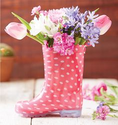 Turn your old rain boots into something special with our 5 crafty decoration ideas. From rustic planters to a wreath that's just too cute, these easy craft ideas are perfect for repurposing worn-out boots into DIY garden décor. Virtual Flowers, Arts And Crafts, Diy Crafts, Recycled Crafts, Craft Tutorials, Craft Ideas, Decorating Ideas, Diy Garden, Outdoor Art