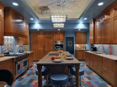 schöne Kombination blaue Wand und warme Holzküche