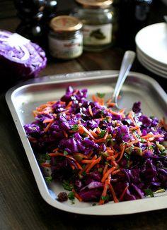 大人のおしゃれなランチやディナーに添えたい、紫キャベツの塩もみサラダ。人参の色も素敵なアクセント。ガーキンスやレーズンなども加えて、さまざまな味や食感のハーモニーを楽しみます♪