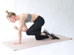 Führen Sie Ellenbogen und Knie unter dem Körper zusammen