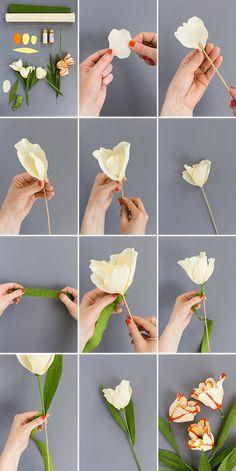tuto fleur papier crepon à faire soi meme à partir de pétales en crépons jaunes et feuillage vert de papier vert, batonnet en guise de tige