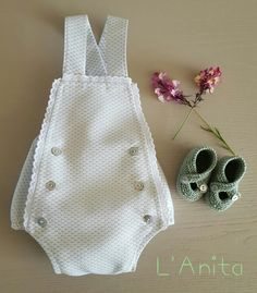Ranita de piqué y sandalias tejidas con algodón. L'Anita Baby Romper Pattern, Baby Dress Patterns, Sewing Baby Clothes, Baby Sewing, Baby Girl Dresses, Baby Boy Outfits, Little Girl Fashion, Kids Fashion, Neutral Baby Clothes
