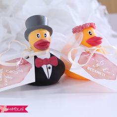 Erg hip als #huwelijksbedankje op jullie #bruiloft: #Badeendjes in de vorm van een #bruidspaar. Bovendien kun je ervoor kiezen ze te #personaliseren met een #kaartje met #boodschap.