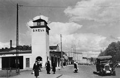 Shell vuonna 1930 nykyisen Mannerheimintie 22-24 kohdalla. Rakennus on purettu vuonna 1934. (Kuva Hgin kaupunginmuseo, Sakari Pälsi) Helsinki, Finland, Nostalgia, The Past, Street View, Scene, Black And White, Architecture, Animals