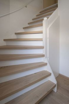White and wood staircase Loft Stairs, Basement Stairs, House Stairs, White Oak Floors, Interior Stairs, Stairway To Heaven, Staircase Design, Wood Staircase, Wooden Stairs
