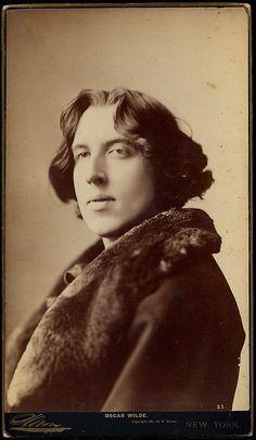 """""""Me gustan los hombres que tienen futuro y las mujeres que tienen pasado."""" Oscar Wilde"""