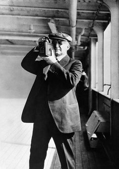 chagalov: George Eastman makes pictures with his Kodak camera, ca 1926 -Getty Images burnedshoes: © Getty Images, ca. George Eastman makes pictures with his Kodak camera For the word Kodak,. Robert Frank, Old Cameras, Vintage Cameras, Make Pictures, Taking Pictures, Vintage Photographs, Vintage Photos, Kodak Camera, Film Camera