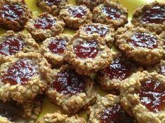 Banán vidličkou rozmačkáme, přidáme mléko a vločky. Stane se z toho lepivá hmota, ze které pak pomocí lžičky tvarujeme na plech s papírem do tvaru mističky nebo vdolečku. Do mističek můžeme dát cokoliv, čokoládu neo marmeládu. No a dáme do trouby při 200°C tak na 10-15 minut. Healthy Deserts, Healthy Snacks, Healthy Christmas Cookies, Low Carb Recipes, Healthy Recipes, Good Food, Yummy Food, Czech Recipes, Healthy Cooking