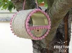 Tuto DIY : réaliser une mangeoire / cabane à oiseaux, à l'aide d'une boîte de conserve, de la corde et du ruban pompons.