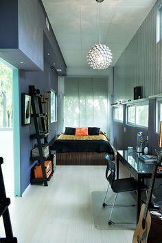 חדר השינה של הבן עוצב בגוונים גבריים שקטים | צילום: Matt Kocourek