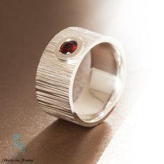Geschmiedeter Ring aus 925er Silber mit Granat http://www.goldschmiede-von-gruenberg.com/ringe-aus-silber/29-geschmiedeter-ring-mit-granat.html