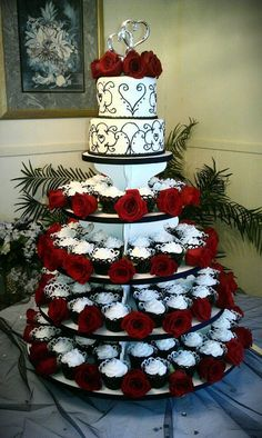 I like the layout idea of cupcakes instead of needing to slice the cake... #WeddingIdeasRed