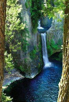 QUEDAS DE TOKETEE... Condado de Douglas - Oregon - EUA Toketee Falls é uma das cachoeiras mais famosas em todo o Oregon, em meio a um desfiladeiro sinuoso surge a cachoeira com 113 pés de altura onde suas águas mergulham em uma piscina ladeada por uma alcova profunda.