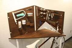 Loving this small apartment bicycle workbench. Small Apartments, Small Spaces, Things Organized Neatly, Bike Room, Bike Storage, Site Web, Wooden Crafts, Furniture Plans, System Furniture
