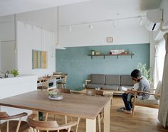 Nice natural furnishings in a small but airy open living/dining room // リビング・ダイニング