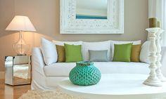 Förslag på soffa. rustik Spegel, Eventuellt ett spegel bord. Fast med ett rustikt träbord som soffbord