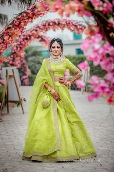 51 Most Beautiful Indian Bridal Makeup Looks and Clothing Ideas - Dulhan Images - AwesomeLifestyleFashion Mehendi Outfits, Indian Bridal Outfits, Indian Bridal Fashion, Indian Designer Outfits, Designer Dresses, Indian Attire, Indian Ethnic Wear, Lehenga Color Combinations, Lehnga Dress