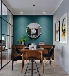 Petroliumsgrøn på væggen i spisekøkken og ind på en væg i stuen og så med et lys grå på modsatte væg. Står godt til varmt træ.