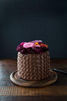 EL pastel más hermoso y delicioso de chocolate con rosas. - Flores Naturales y chocolate. Hermosa decoración!