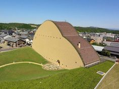 建築史家であり建築家でもある藤森照信氏が基本設計を手掛けた「多治見市モザイクタイルミュージアム」が6月4日、岐阜県多治見市笠原町にオープンした。