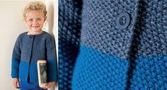 Chic et simple voici une veste pour enfant au point de riz. Son détail mode, l'alternance de 2 tons de bleus. Un beau modèle à tricoter pour cet hiver.  Tailles : a) 2 ans; b)4 ans; c) 6 ...
