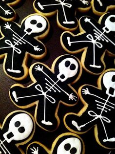 Iced Skeleton Cookies - use a gingerbread cutter for the body shape Halloween cookies Halloween Desserts, Spooky Halloween, Halloween Goodies, Halloween Cupcakes, Holidays Halloween, Halloween Treats, Happy Halloween, Halloween Party, Halloween Decorations