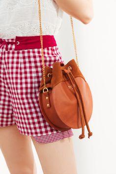 """<p><span style=""""color: #333333;""""><strong><strong>Le petit sac bijou à se procurer de toute urgence, c'est le sac Catherine ! Imaginé comme une petite boîte précieuse, il est féminin grâce à son cuir bi-matière et sa chaine. Son petit plus ? Un empiècement en cuir protège votre épaule de la chaine pour plus de confort.</strong></strong&g"""