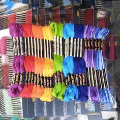 Hilo de madeda, variedad de colores #sederia #puntocruz #sabanas #sabanillas #toalla #traje #trajestipicos #tipico #folklor #mundillo#mantel #panama #chitre #lossantos