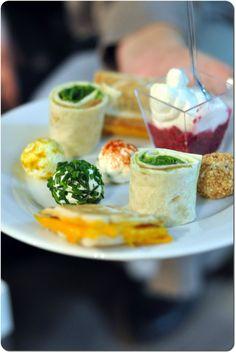Apéritif dînatoire : billes de fromages frais à la ciboulette - mini-croque bacon-mimolette - wraps guacamole-roquette-saumon