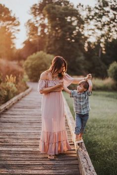 Milky Way TV Interview with Twig + Olive Photography Photography Milchstraße TV # Interview Urban Family Photography, Mother Son Photography, Children Photography, Summer Family Photos, Outdoor Family Photos, Family Pictures, Family Photo Sessions, Family Posing, Mother Son Photos