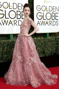 Os belíssimos looks do Golden Globe Awards 2017! Começando pelo meu look favorito, que não surpreende ser da Lily Collins. Ela arrasou usando um maravilhoso vestido #zuhairmurad rose, floral com uma produção perfeita! Amei!💗 #glamourous #lilycollins #fashionstyle #goldenglobeawards #redcarpet #losangeles