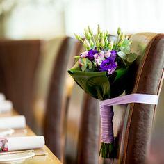 #Bruidsboeket met paarse en groene bloemen. Linten hebben we in alle kleuren.  Deze foto is van Chris Gorzeman (www.capitalimages.nl)(Bloemwerk gemaakt door www.bloemenweelde-amsterdam.nl)