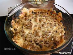 2 piersi z kurczaka  2 cebule  3 łyżki majonezu  150 g pieczarek  100 g sera żółtego  sól, pieprz, papryka mielona, czosnek granulowany...