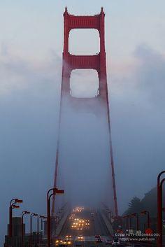 Golden Gate bridge in the fog at sunset, San Francisco Long Beach Los Angeles, Places To Travel, Places To See, San Francisco Travel Guide, Las Vegas, Destinations, Nocturne, Photos Du, Golden Gate Bridge