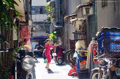巷弄裡的扯鈴 #正妹 #藝術家。#台灣 The #Young #Girl #Artist in the alley #Taiwan