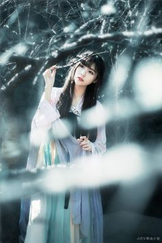 Vietnamese maiden wandering through the frozen woods. Chinese Traditional Costume, Traditional Outfits, Ancient Beauty, China Girl, Chinese Clothing, Chinese Culture, Hanfu, Beautiful Asian Girls, Ulzzang Girl