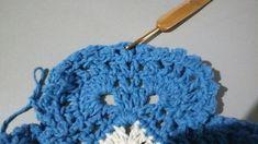 TAPETE RETANGULAR RENDADO EM CROCHÊ COM PASSO A PASSO Gisele, Crochet Projects, Diy And Crafts, Crochet Earrings, Crochet Hats, Beanie, Blue Carpet, Crochet Rug Patterns, Bedspreads