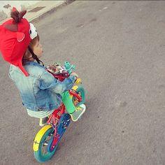 Nos ha tocado este #gorro en una rifa y lo hemos adaptado al #casco de la #bici #color #kids #kidsclothes #Unaicreando #enundiacualquiera #childrenplay #niñosjugando #childhoodunplugged