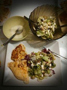 Omelette de pomme de terre et salade composée avec une vinaigrette maison à l'ail