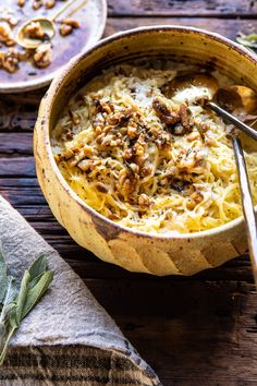 Gluten-free and void of carbs, spaghetti squash is the best compromise between healthy and delicious comfort food. Try one of these best spaghetti squash recipes for a healthy dinner that will be so satisfying too. Vegetarian Recipes, Cooking Recipes, Healthy Recipes, Fall Recipes, Pasta Recipes, Bariatric Recipes, Cleaning Recipes, Vegetarian Cheese, Kitchen Recipes