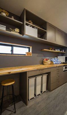 【キッチン】 見せる収納と隠す収納を上手に使い分けた造作キッチン収納。フロアタイルやカウンター背面の壁もグレー色で統一し、キッチン収納上段には4方框扉を採用したことで、アンティークテイストのキッチン空間になりました。