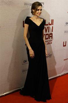 """Angelina Jolie con vestido Versace negro en el estreno de """"In the Land of Blood and Honey"""""""