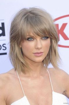 Durante o Billboard Music Awards 2015, a cantora Taylor Swift exibiu os fios com um loiro acinzentado e corte repicado